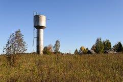 Gammalt metallvattentorn i byn Arkivfoton