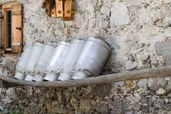 Gammalt mjölka cans på en alpin koja Royaltyfri Bild