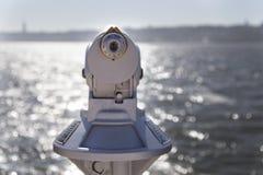 Gammalt monocularteleskop på sjösidan Royaltyfria Foton