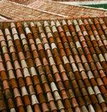 gammalt moroccan tegelplattatak för minaret i den gamla staden Arkivbilder