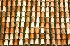 Gammalt moroccan tegelplattatak i staden Arkivfoton