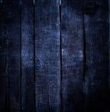 Gammalt mörker - wood bakgrund för blå grunge med fnuren och skrapor Royaltyfria Foton