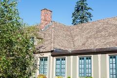 Gammalt murbrukhem och överlappat tak Fotografering för Bildbyråer