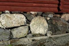 Gammalt murverk i källaren av ett hus Arkivbilder