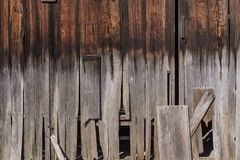 Gammalt naturligt traditionellt japanskt rött sörjer trä med förfall och PA arkivfoto