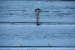 Gammalt nyckel- hänga på väggen Royaltyfri Fotografi