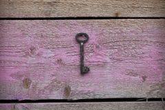 Gammalt nyckel- hänga på väggen Royaltyfria Foton