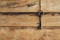 Gammalt nyckel- hänga på brunt trä och förälskelsebegrepp Royaltyfri Foto