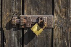 Gammalt nyckel- lås på trädörr Fotografering för Bildbyråer