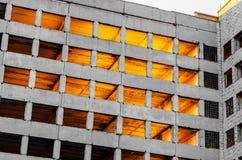 Gammalt oavslutat övergett för konkret byggnad, strålar av ljus till och med fönstren arkivbild