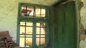 Gammalt och övergett husfasadfönster med stänger stock video