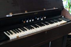 Gammalt och dammigt pianotangentbord Svartvitt nyckel- bräde på tappningmusikinstrumentet royaltyfria bilder