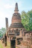 Gammalt och fördärva pagoden i Kamphaeng historiska Phet parkerar, Thailand Fotografering för Bildbyråer