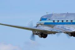 Gammalt och historiskt passagerareflygplan som tar av royaltyfri bild