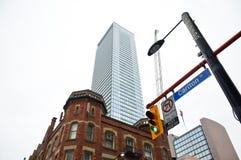 Gammalt och nybyggen i i stadens centrum Toronto Arkivbild