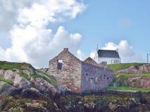 Gammalt och nytt hus i nordvästliga Irland Arkivbild