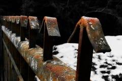Gammalt och rostigt staket arkivfoto