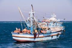 Gammalt och Rusty Egyptian Fishing Boat på Röda havet arkivbilder