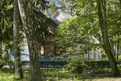 Gammalt och traditionellt trähus i skog Royaltyfri Fotografi
