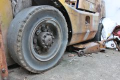 Gammalt onyttigt av gummihjul av den gamla gaffeltrucken arkivbild