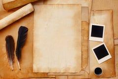 Gammalt papper med fjädern och färgpulver, fotoram Arkivfoto