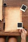 Gammalt papper med pennan och färgpulver Royaltyfri Fotografi