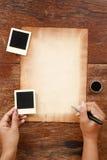 Gammalt papper med pennan och färgpulver Arkivbilder