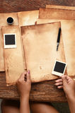 Gammalt papper med pennan och färgpulver Arkivbild