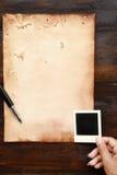 Gammalt papper med pennan och färgpulver Arkivfoton
