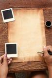 Gammalt papper med pennan och färgpulver Fotografering för Bildbyråer