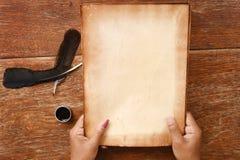 Gammalt papper med pennan och färgpulver Royaltyfri Foto