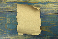 Gammalt papper på den blåa wood bakgrunden Royaltyfri Bild