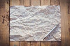 Gammalt papper skrynklade och pennan på wood bakgrund Royaltyfria Foton