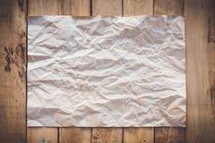 Gammalt papper skrynkligt på wood bakgrund Royaltyfri Fotografi
