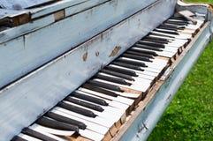 Gammalt piano övergiven ouside Arkivbilder