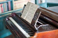 gammalt piano Arkivfoto