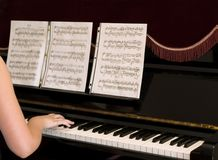 gammalt piano Arkivfoton