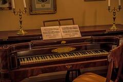 Gammalt piano - inre av Alexander Pushkin Memorial Museum i Moskva royaltyfria foton