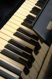Gammalt piano, sikt från över Arkivfoto