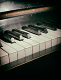 Gammalt pianotangentbord Arkivbild