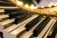 Gammalt pianotangentbord som vrids med nedtryckta tangenter Royaltyfria Bilder
