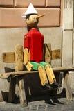 Gammalt Pinocchio trädockaROM-minne boken som är skriftlig vid Carlo Co fotografering för bildbyråer