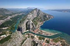 Gammalt piratkopierar townen Omis, Kroatien arkivfoto