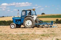 Gammalt plöja för traktor för vadställe 4000 Royaltyfri Bild