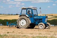 Gammalt plöja för traktor för vadställe 4000 Royaltyfri Foto