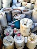 Gammalt plast- gal., plast- trummor av giftlig avfalls - plast- behållare Arkivfoto