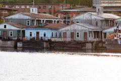 Gammalt pontonhus på floden, landningetapp Royaltyfri Bild