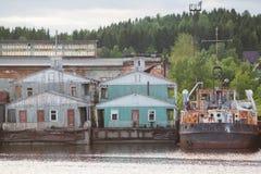 Gammalt pontonhus på floden, landningetapp Arkivbilder