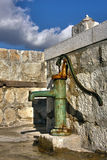 gammalt pumpvatten Arkivfoto