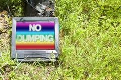 Gammalt rör för stråle för televisionCRT-katod som överges i natur med royaltyfria bilder